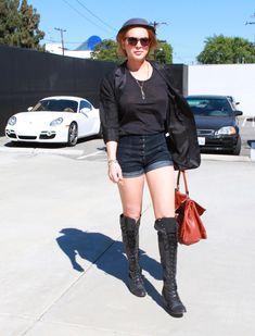 У Линдси Лохан видно соски через майку в Западном Голливуде фото #4