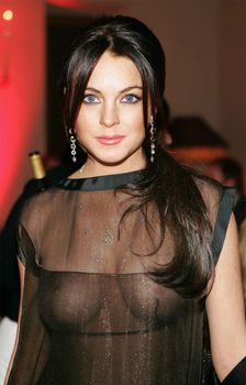 Линдси Лохан без бюстгальтера на ужине Les Exclusifs de Chanel фото #1