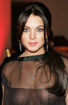 Линдси Лохан без бюстгальтера на ужине Les Exclusifs de Chanel фото #3
