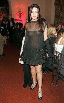 Линдси Лохан без бюстгальтера на ужине Les Exclusifs de Chanel фото #6