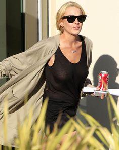 Шаловливая Линдси Лохан не надела лифчика в Лос-Анджелесе фото #1