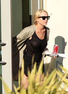 Шаловливая Линдси Лохан не надела лифчика в Лос-Анджелесе фото #2