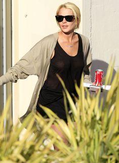 Шаловливая Линдси Лохан не надела лифчика в Лос-Анджелесе фото #3