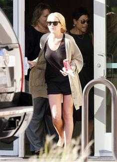 Шаловливая Линдси Лохан не надела лифчика в Лос-Анджелесе фото #5