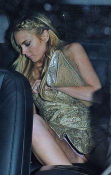 Линдси Лохан засветила трусики в машине в Каннах фото #2