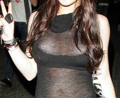 У Линдси Лохан вылезли соски из лифчика фото #2