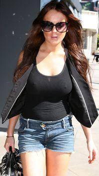 Секси Линдси Лохан в прозрачной майке в Западном Голливуде фото #1