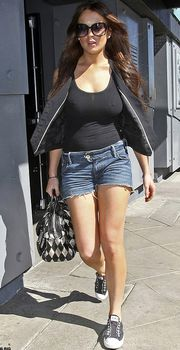 Секси Линдси Лохан в прозрачной майке в Западном Голливуде фото #2