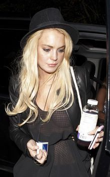Линдси Лохан засветила грудь на вечеринке фото #1