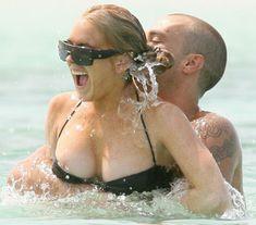 У Линдси Лохан сполз купальник фото #2