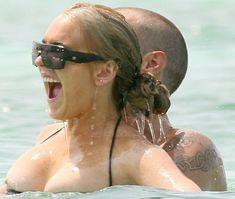 У Линдси Лохан сполз купальник фото #4