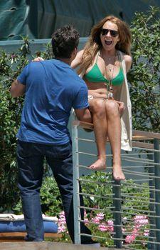 У Линдси Лохан вываливаются сиськи из купальника фото #3