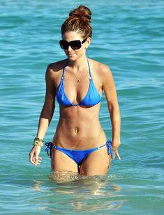 Торчащие соски Марии Менунос в бикини на пляже Майями фото #3