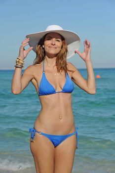 Торчащие соски Марии Менунос в бикини на пляже Майями фото #4