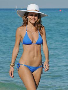 Торчащие соски Марии Менунос в бикини на пляже Майями фото #5