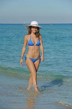 Торчащие соски Марии Менунос в бикини на пляже Майями фото #6