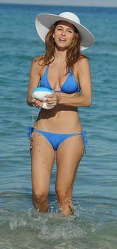 Торчащие соски Марии Менунос в бикини на пляже Майями фото #7