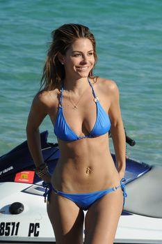 Торчащие соски Марии Менунос в бикини на пляже Майями фото #8
