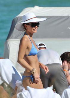 Торчащие соски Марии Менунос в бикини на пляже Майями фото #10