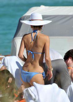 Торчащие соски Марии Менунос в бикини на пляже Майями фото #11