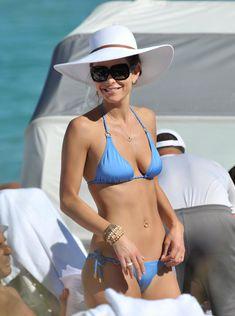 Торчащие соски Марии Менунос в бикини на пляже Майями фото #12