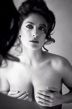 Секси Сальма Хайек держится за грудь в журнале Allure фото #1
