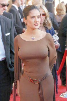 Торчащие соски Сальмы Хайек в платье фото #1