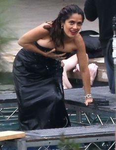 Сальма Хайек ловит свои сиськи на фотосессии в Лос-Анджелесе фото #5