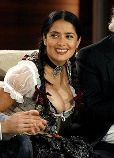 Слишком выпирающая грудь Сальмы Хайек на телешоу Wetten Dass... фото #1