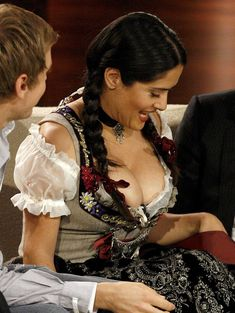 Слишком выпирающая грудь Сальмы Хайек на телешоу Wetten Dass... фото #2