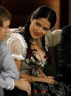 Слишком выпирающая грудь Сальмы Хайек на телешоу Wetten Dass... фото #4