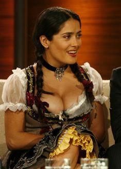 Слишком выпирающая грудь Сальмы Хайек на телешоу Wetten Dass... фото #5
