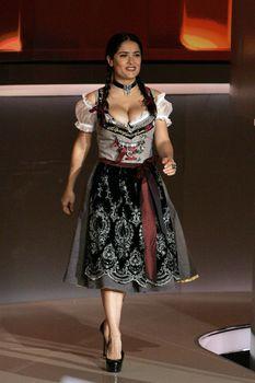 Слишком выпирающая грудь Сальмы Хайек на телешоу Wetten Dass... фото #7