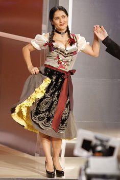 Слишком выпирающая грудь Сальмы Хайек на телешоу Wetten Dass... фото #9