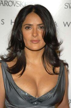 У Сальмы Хайек выпирает грудь из платья CFDA Awards фото #1