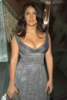 У Сальмы Хайек выпирает грудь из платья CFDA Awards фото #2