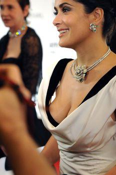Грудастая Сальма Хайек на кинофестивале в Дубаи фото #1