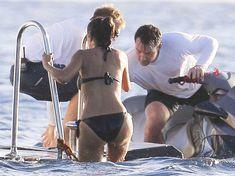 Мокрая попка Сальмы Хайек в купальнике в Сент-Бартс фото #6