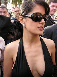 Откровенное декольте Сальмы Хайек в платье фото #2