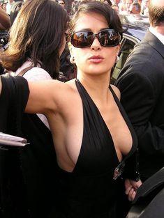 Откровенное декольте Сальмы Хайек в платье фото #3