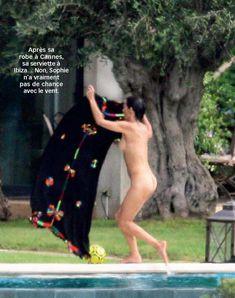 Софи Марсо купается голой в бассейне фото #6