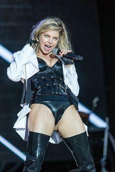 Ферги в сексуальном наряде на концерте фото #1