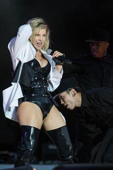 Ферги в сексуальном наряде на концерте фото #2