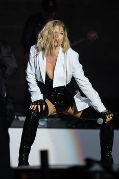 Ферги в сексуальном наряде на концерте фото #5