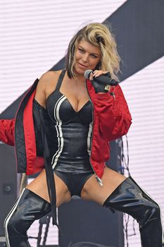 Секси Ферги расставила ноги на фестивале в Лондоне фото #1