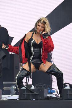Секси Ферги расставила ноги на фестивале в Лондоне фото #3