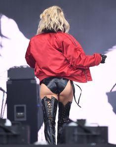 Секси Ферги расставила ноги на фестивале в Лондоне фото #5