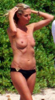 Красотка Хайди Клум топлесс в Сардинии фото #4