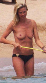 Красотка Хайди Клум топлесс в Сардинии фото #15
