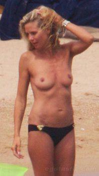Красотка Хайди Клум топлесс в Сардинии фото #16